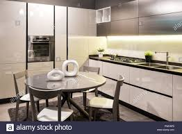 Moderne Einbauküche Mit Schwarz Und Weiß Eingerichtet Und