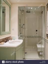 Grün Und Weiß Gehaltenen Badezimmer Stockfoto Bild 224851548 Alamy