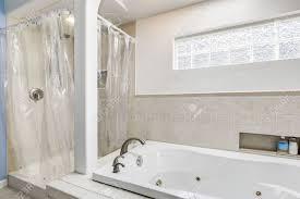 Weiß Und Sauberes Badezimmer Mit Beige Fliesenverkleidung Und Kleine
