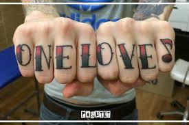 татуировка на пальцах у парня надпись на английском фото