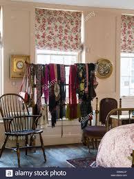Sortierte Schals Hingen An Einen Chinesischen Kleiderständer In