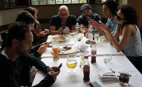Resultado de imagen para personas con celulares