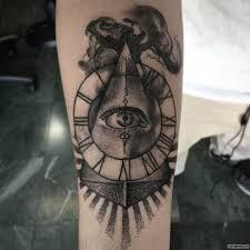 пирамида с часами всевидящее око тату на предплечье у девушки