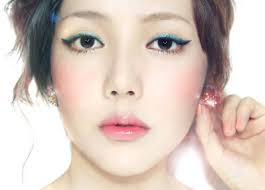 ulzzang makeup i like the green eyeliner and the just bitten look of the
