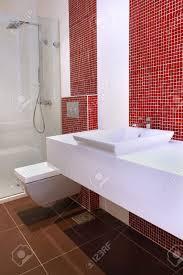 Kleine Moderne Gäste Wc Mit Roten Fliesen Lizenzfreie Fotos Bilder