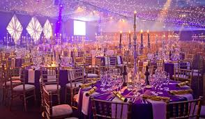 Christmas wedding decoration ideas - love the snowflakes hanging from the  ceiling! Description from pinterest