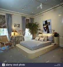 Blaue Decke Auf Erhöhten Plattform Bett In Achtziger Jahre
