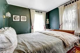 Kleines Schlafzimmer Mit Holzbett Dunkelgrünen Wänden Land Haus