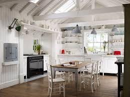 Helle Küche mit schwarzem Herd als Kontrast mehr unter