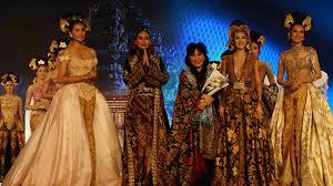 Atasannya panjang sampai lutut, dan tak. Anne Avantie Tutup Jogja Fashion Festival Koran Bernas