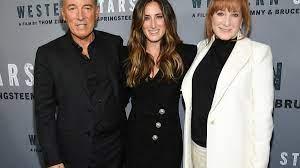Tochter von Bruce Springsteen reitet ...