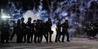 پلیس آمریکا به سمت معترضان گاز اشکآور شلیک کرد