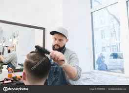 スタイリッシュな男性美容師美容室で男の髪型になりますスタイリッシュ