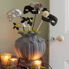 Decorating With Masks 60 Ways to Decorate Your Table For A Halloween Dinner Party 44