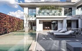 Casa inspirada no design italiano moderniza fachada e ambientes internos