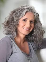 تسريحات الشعر للشعر المتوسط للنساء بعد 50 عاما 51 صورة