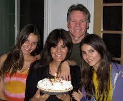Familjefoto av tv-personlighet &  skådespelerska, dejtar Pierson Fode, känd för Zoey 101, Victorious and Eye Candy.