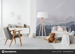 Stehlampe Aus Holz Und Eine Moderne Grau Sessel Eine