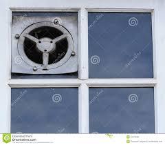 Alter Elektrischer Luftabzug Oder Der Ventilator Auf Einem Fenster