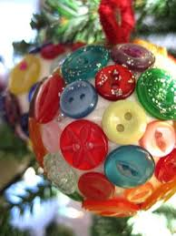 Christmas Button Baubles What a great idea for a use for extra buttons and  maybe a craft kids could make! Would make a nice handmade gift!