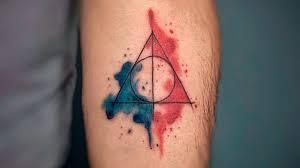 дары смерти тату имеет геометрическое строение по типу логотипа