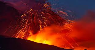 El observatorio etna del instituto nacional de geofísica y vulcanología anunció que se produjo un nuevo desbordamiento de lava desde el cráter. Mount Etna Eruption Italy S Tallest Active Volcano Enters A New Phase Of Activity But Poses No Threat To Nearby Residents Cbs News