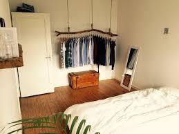 Schlafzimmer Mit Origineller Kleiderstange Aus Holz