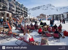 Sitzen vor einer Bar, Tignes Val Claret, Savoie, Rhône-Alpes, Frankreich  Stockfotografie - Alamy