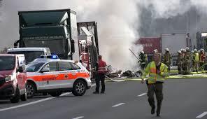 Almanya'da otobüs tırla çarpıştı