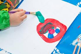 pincel pintando. niño pintando con pincel \u2014 fotos de stock #55597339