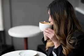 فوائد وأضرار تناول القهوة والكافيين للنساء | الطبي