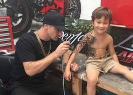 Tatér Dělá Nemocným Dětem Zdarma Bezpečné Tetování Chce Je Tím