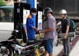 Kết quả hình ảnh cho Giữ nguyên giá xăng, tăng giá dầu thêm 500 đồng một lít