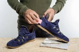 Bersihkan sepatu dengan bahan lembut