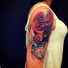 фото цветной татуировки роз в стиле реализм на плече девушки фото