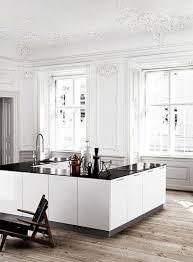 Cuisine Blanche Laquée Pas Cher Dans La Maison De Style Baroque