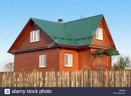 Holzhaus Unter Grünen Metalldach Mit Weißen Kunststoff Fenster Mit