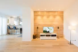 Holzwand Hinter Fernsehbereich #wohnzimmer #holzwand ©Peter Rauchecker  Photography Für Kathameno Interior Design