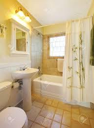 Kleine Beige Badezimmer Mit Begehbarer Dusche In Weiß Und Weiß