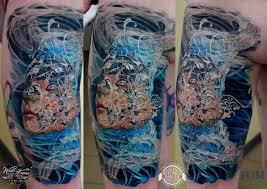 абстрактный цветной портрет на ноге фото татуировок