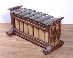 Alat musik tradisional yang berasal dari sulawesi utara yaitu yori, merupakan alat musik yang dikenal dengan harpa mulut. Slenthem Wikipedia