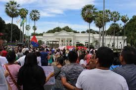 Resultado de imagem para PROFESSORES  em greve na porta do karkak