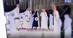 بالفيديو   لحظة طرد فتاة اقتحمت مسرحاً في الباحة السعودية لأداء رقصة العرضة  الشعبية مع الرجال