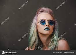 メガネと美しい若い女性感情派手な髪型ファンタジーの概念