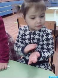 Нетрадиционные методы развития мелкой моторики криотерапия  3 Развитие тактильной чувствительности растирание в руках шишек шариков пробок от пластиковых бутылок собирание шишек в одну посуду а шариков в другую