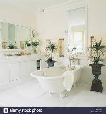 Weißes Badezimmer Mit Freistehender Badewanne Neben Montierten