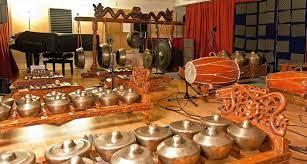 Bonang ini merupakan gong versi mini yang ada pada degung gamelan sunda. 15 Alat Musik Jawa Timur Dilengkapi Gambar Dan Penjelasan Lengkap