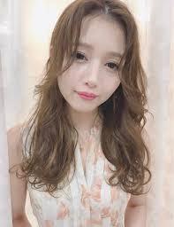韓国人風セミロングヘア 薄めの前髪をセンターパートに分けて根元を