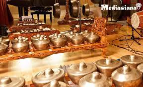 Cara memainkannya yaitu dengan cara dipukul pada satu sisi atasnya. 15 Alat Musik Tradisional Jawa Timur Yang Perlu Kamu Ketahui Mediasiana Com Media Pembelajaran Masakini