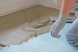 Über einen ungedämmten boden direkt auf dem erdreich, auf bodenplatten oder über einem kellerraum kann bis zu einem viertel der wärmeenergie. Boden Ausgleichen Grundlagen Anleitung Tipps Diybook De